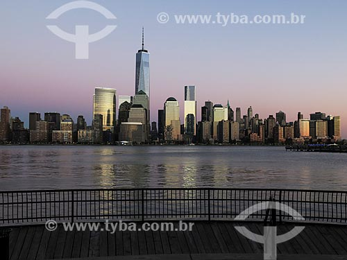 Vista de Manhattan ao entardecer com o One World Trade Center (World Trade Center 1) - construído onde ficavam as Torres Gêmeas destruídas após os ataques terroristas de 11 de setembro de 2001  - Estados Unidos
