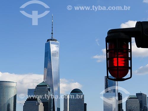 Vista de Manhattan com o One World Trade Center (World Trade Center 1) - construído onde ficavam as Torres Gêmeas destruídas após os ataques terroristas de 11 de setembro de 2001 - e luz de alerta  - Estados Unidos