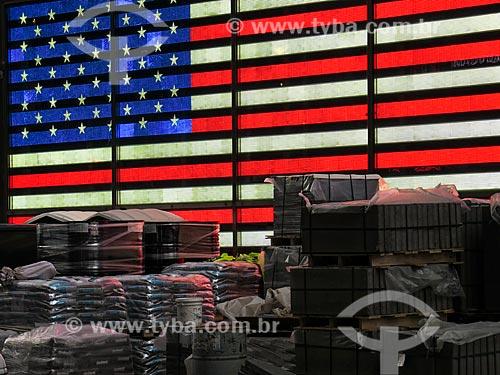 Assunto: Material de construção de obra na Times Square com a bandeira americana ao fundo / Local: Nova Iorque - Estados Unidos - América do Norte / Data: 11/2013