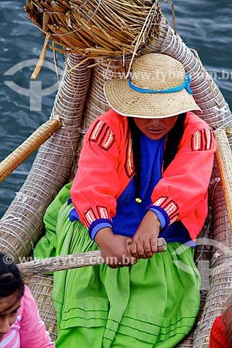 Assunto: Mulher conduzindo o Barco de Totora - barco feito com a fibra da totora (Scirpus californicus) - no Lago Titicaca / Local: Puno - Peru - América do Sul / Data: 01/2012