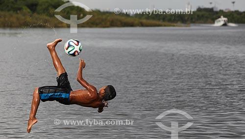 Assunto: Menino jogando com a Adidas Brazuca - bola de futebol oficial da Copa do Mundo FIFA de 2014 / Local: Manaus - Amazonas (AM) - Brasil / Data: 01/2014