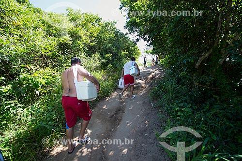 Assunto: Turistas na trilha de acesso à Praia do Forno / Local: Arraial do Cabo - Rio de Janeiro (RJ) - Brasil / Data: 01/2014