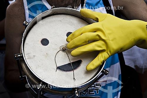 Assunto: Cuíca durante o desfile do bloco de carnaval de rua Cardosão de Laranjeiras / Local: Laranjeiras - Rio de Janeiro (RJ) - Brasil / Data: 02/2012