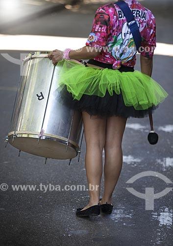 Assunto: Integrante da bateria do bloco de carnaval de rua Me esquece / Local: Jardim Botânico - Rio de Janeiro (RJ) - Brasil / Data: 02/2012
