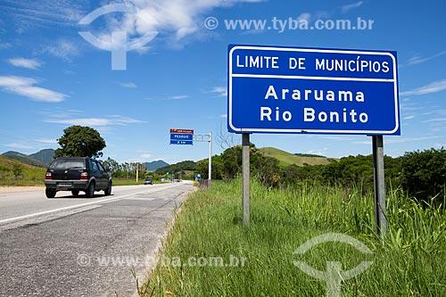 Assunto: Placa indicando a divisa entre Araruama e Rio Bonito na Rodovia RJ-124 (Via Lagos) / Local: Rio de Janeiro (RJ) - Brasil / Data: 12/2013