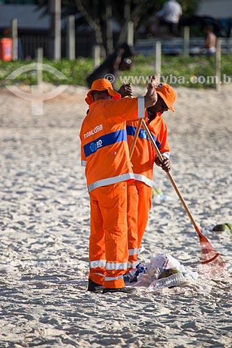 Garis limpando as areias da Praia de Ipanema após o ano novo  - Rio de Janeiro - Rio de Janeiro (RJ) - Brasil