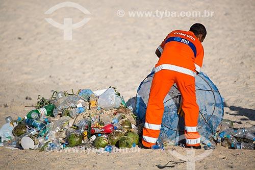 Assunto: Gari limpando as areias da Praia de Ipanema após o ano novo / Local: Ipanema - Rio de Janeiro (RJ) - Brasil / Data: 01/2014
