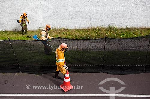 Assunto: Trabalhadores cortando grama em calçada / Local: Curitiba - Paraná (PR) - Brasil / Data: 12/2013