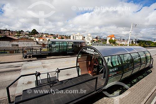 Assunto: Estação tubular de ônibus articulados - também conhecido como Estação Tubo - próximo ao Hospital Universitário Cajuru / Local: Curitiba - Paraná (PR) - Brasil / Data: 12/2013