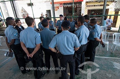 Assunto: Policiais militares em reunião na quadra de esportes no Morro da Providência / Local: Gamboa - Rio de Janeiro (RJ) - Brasil / Data: 06/2011
