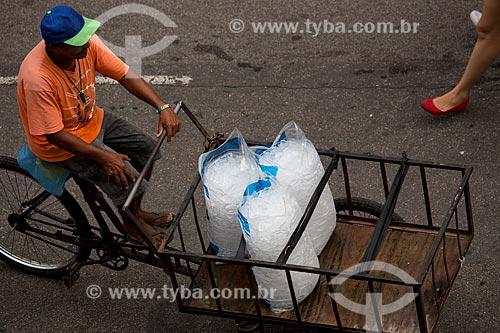 Assunto: Entregador de gelo na Rua do Russel / Local: Glória - Rio de Janeiro (RJ) - Brasil / Data: 02/2014