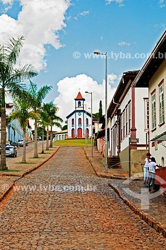 Assunto: Avenida Governador Valadares com a Capela de Nossa Senhora do Rosário dos Negros (Século XVIII) ao fundo / Local: Santa Bárbara - Minas Gerais (MG) - Brasil / Data: 01/2014