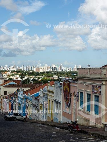 Assunto: Casario colonial na Rua Quinze de Novembro com a cidade de Recife ao fundo / Local: Olinda - Pernambuco (PE) - Brasil / Data: 03/2014