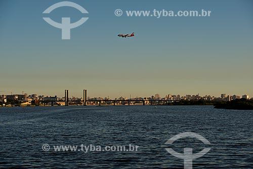 Assunto: Avião sobre o Lago Guaíba com a Ponte do Guaíba - também conhecida como Ponte Getúlio Vargas - ao fundo / Local: Porto Alegre - Rio Grande do Sul (RS) - Brasil / Data: 04/2013
