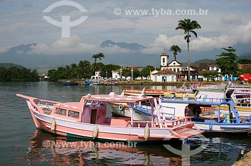 Assunto: Barcos na Baía de Paraty com a Igreja de Santa Rita de Cássia (1722) ao fundo / Local: Paraty - Rio de Janeiro (RJ) - Brasil / Data: 12/2007