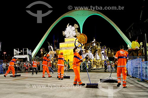 Assunto: Garis varrendo o Sambódromo após a desfile de escola de samba / Local: Rio de Janeiro (RJ) - Brasil / Data: 03/2014