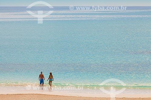 Assunto: Casal tomando banho de mar na praia em Bahamas / Local: Bahamas - América Central / Data: 06/2013