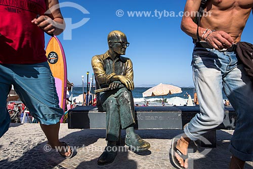 Assunto: Turistas próximo à estátua do poeta Carlos Drummond de Andrade no Posto 6 / Local: Copacabana - Rio de Janeiro (RJ) - Brasil / Data: 02/2014
