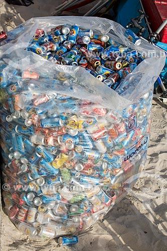 Assunto: Saco com latas de alumínio recolhidos na praia / Local: Rio de Janeiro (RJ) - Brasil / Data: 02/2014