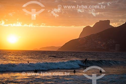Assunto: Vista do pôr do sol a partir da Praia do Arpoador com a Pedra da Gávea ao fundo / Local: Ipanema - Rio de Janeiro (RJ) - Brasil / Data: 02/2014