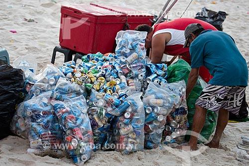 Assunto: Homens recolhendo latas de alumínio na praia / Local: Rio de Janeiro (RJ) - Brasil / Data: 02/2014