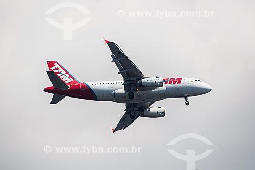 Assunto: Avião da TAM Linhas Aéreas sobrevoando o Rio de Janeiro / Local: Rio de Janeiro (RJ) - Brasil / Data: 01/2014