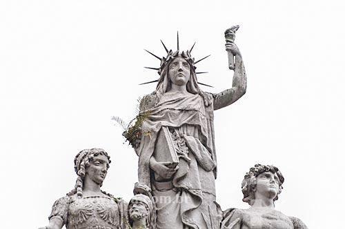 Assunto: Detalhe das esculturas no Paço Municipal de Porto Alegre (1901) - estátuas que representam a história, democracia, liberdade e a ciência / Local: Porto Alegre - Rio Grande do Sul (RS) - Brasil / Data: 12/2013