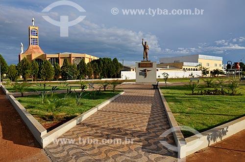 Assunto: Praça 21 de Abril e igreja da paróquia de São Pedro Apóstolo / Local: Chapadão do Sul - Mato Grosso do Sul (MS) - Brasil / Data: 02/2014