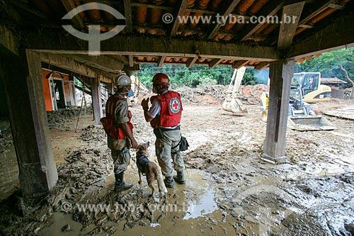 Bombeiros e cão farejador na área do deslizamento de terra no Vale do Cuiabá  - Petrópolis - Rio de Janeiro - Brasil