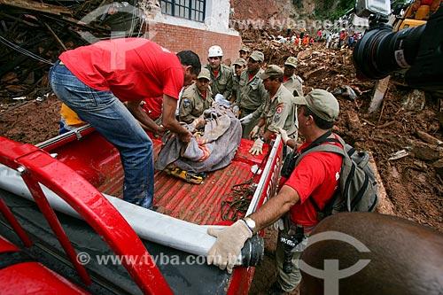 Remoção de vítima de deslizamento de terra causado pelas fortes chuvas  - Nova Friburgo - Rio de Janeiro - Brasil