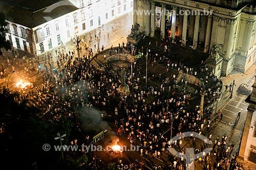 Manifestantes durante protesto do Movimento Passe Livre em frente à Assembléia Legislativa do Estado do Rio de Janeiro (ALERJ)  - Rio de Janeiro - Rio de Janeiro - Brasil