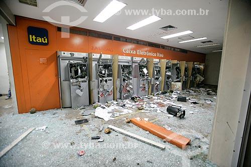 Agência bancária do Itaú destruída durante protesto do Movimento Passe Livre  - Rio de Janeiro - Rio de Janeiro - Brasil