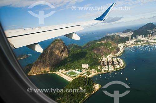 Voo da Companhia Azul - Modelo Embraer EMB 195 - sobrevoando o Morro do Pão de Açúcar  - Rio de Janeiro - Rio de Janeiro (RJ) - Brasil