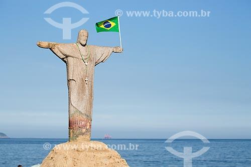 Assunto: Escultura em areia do Cristo Redentor com a bandeira do Brasil / Local: Copacabana - Rio de Janeiro (RJ) - Brasil / Data: 03/2014