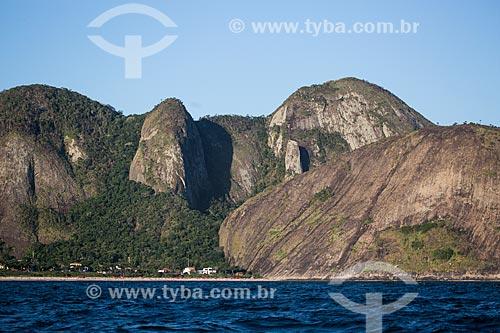 Assunto: Praia de Itacoatiara com a Serra do Alto Mourão - à esquerda - e o Morro do Tucum - também conhecido como Costão de Itacoatiara - à direita / Local: Itacoatiara - Niterói - Rio de Janeiro (RJ) - Brasil / Data: 03/2014