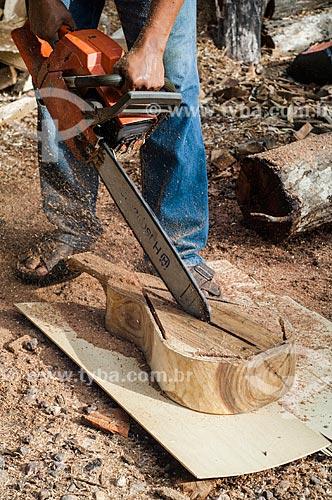 Assunto: Homem fazendo uma Viola de cocho - símbolo da identidade cultural mato-grossense  / Local: Cuiabá - Mato Grosso (MT) - Brasil / Data: 12/2010