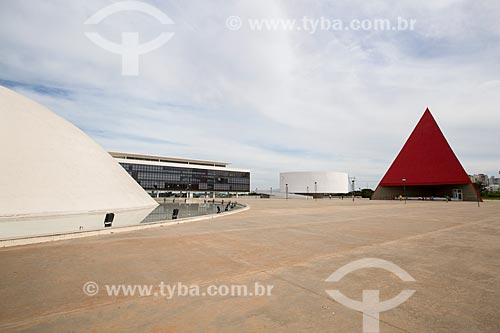 Assunto: Palácio da Música Belkiss Spenzièri (2006) com o Monumento aos Direitos Humanos (2006) ao fundo - parte do Centro Cultural Oscar Niemeyer / Local: Goiânia - Goiás (GO) - Brasil / Data: 05/2014