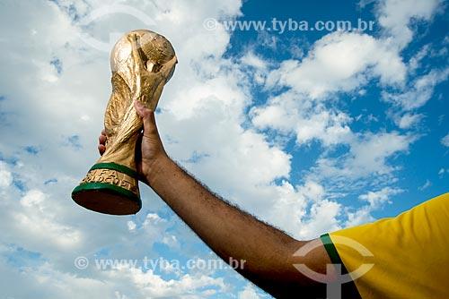 Assunto: Torcedor segurando uma réplica do troféu da Copa do Mundo da FIFA no Fifa Fan Fest durante a abertura da Copa do Mundo / Local: Copacabana - Rio de Janeiro (RJ) - Brasil / Data: 06/2014