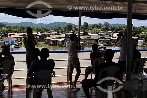 Assunto: Passageiros fotografando e filmando comunidade ribeirinha próximo a cidade de Almeirim / Local: Almeirim - Pará (PA) - Brasil / Data: 03/2014