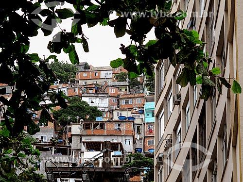 Assunto: Prédio e Morro do Cantagalo ao fundo / Local: Copacabana - Rio de Janeiro (RJ) - Brasil / Data: 04/2014