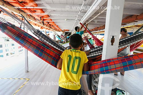 Assunto: Menino com a camisa da seleção brasileira em convés de barco com redes de dormir / Local: Manaus - Amazonas (AM) - Brasil / Data: 06/2014