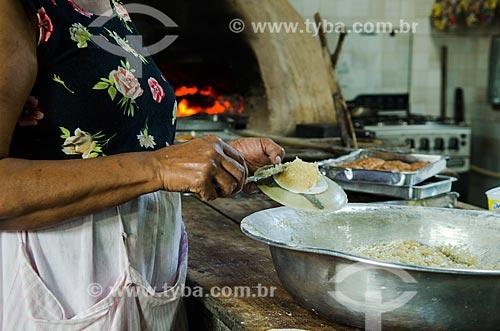Assunto: Mulher preparando queijadinha  / Local: São Cristóvão - Sergipe (SE) - Brasil / Data: 08/2013