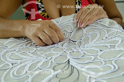Assunto: Mulher trabalhando na confecção de uma renda irlandesa / Local: Laranjeiras - Sergipe (SE) - Brasil / Data: 08/2013