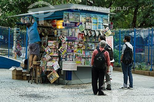 Assunto: Homens lendo jornais expostos na banca de jornal / Local: Centro - Rio de Janeiro (RJ) - Brasil / Data: 10/2013