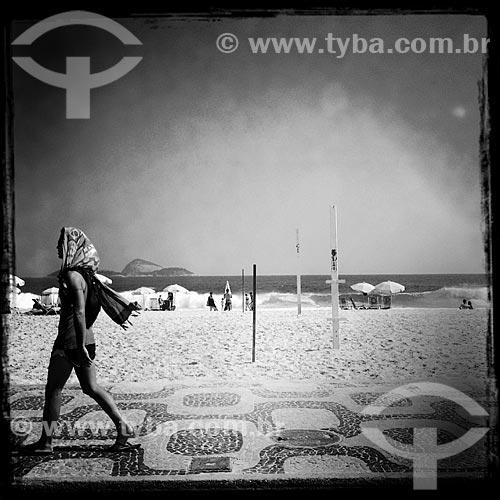 Assunto: Mulher caminhando no calçadão da Praia de Ipanema - foto feita com IPhone / Local: Ipanema - Rio de Janeiro (RJ) - Brasil / Data: 01/2014