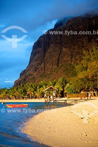 Assunto: Praia com a montanha na Península Le Morne Brabant ao fundo / Local: Distrito de Rivière Noire - Maurício - África / Data: 11/2012