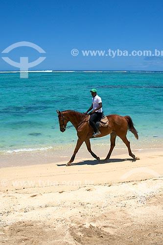 Assunto: Homem à cavalo na praia da Península Le Morne Brabant / Local: Distrito de Rivière Noire - Maurício - África / Data: 11/2012