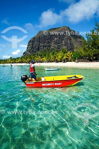 Assunto: Barco salva vidas na praia com a montanha na Península Le Morne Brabant ao fundo / Local: Distrito de Rivière Noire - Maurício - África / Data: 11/2012
