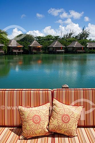 Assunto: Sofá com os bangalores do Prince Maurice Resort ao fundo / Local: Distrito de Flacq - Maurício - África / Data: 11/2012