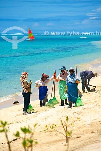 Assunto: Trabalhadores limpando o litoral de Maurício / Local: Maurício - África / Data: 11/2012